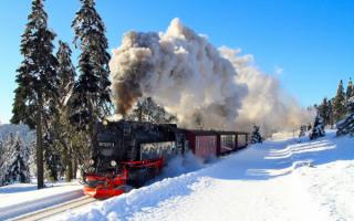 Поезд в зимней тайге
