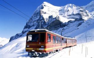 Поезд в швейцарских Альпах