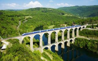 Поезд едет по мосту