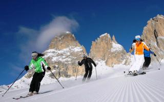 Лыжники в Доломитовых альпах