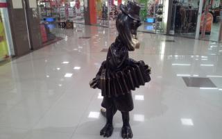 Статуя крокодила Гены