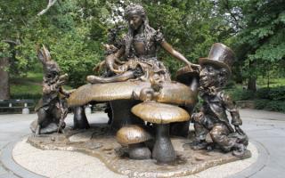 Памятник Алисе из страны чудес в Нью-Йорке