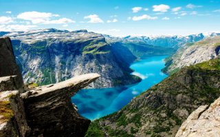 Язык Тролля - каменный выступ скалы в горах Норвегии