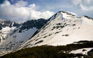 Снежные вершины горного массива Пирин в Болгарии